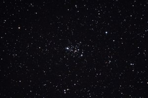 """Offener Sternhaufen Messier 103, Aufnahme mit 6"""" f/5 Newton, Pentax K-500, 4 x 20 Sek., ISO 3200"""