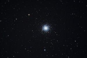 """M13: Kugelsternhaufen im Sternbild Herkules, Aufnahme mit 6"""" f/5 Newton, Pentax K-500, 5 x 25 Sek. (2 Min. 5 Sek.), ISO 3200"""
