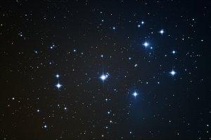 """Sterne und Reflexionsnebel mit kurzer Belichtungszeit: Plejaden M45, 6"""" f/5 Newton, Pentax K-500, 13 x 30 Sek., ISO 3200"""