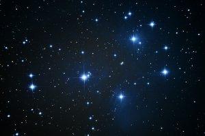 """Die Plejaden: Offener Sternhaufen mit Reflexionsnebel, Aufnahme mit 6"""" f/5 Newton, Pentax K-500, 52 x 30 Sek., ISO 3200"""