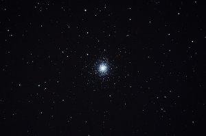 "Kompakter Kugelsternhaufen Messier 92, Aufnahme mit 6"" f/5 Newton, Pentax K-500, 6 x 25 Sek. (2 Min. 30 Sek.), ISO 3200"