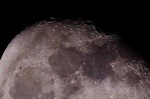 Mare Crisium am rechten oberen Bildrand:  102/1300 mm Maksutov-Cassegrain mit Pentax K-500, 200 x 1/30 Sek., ISO 100