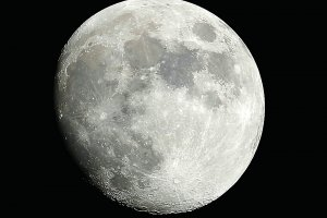 Kratersuche beim Mondalter von 12 Tagen, 102/1300 mm MAK mit Pentax K-500, 57 x 1/30 Sek., ISO 100