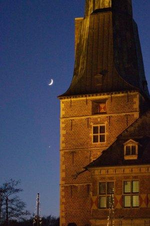 Schmale Mondsichel und Venus: Pentax K-3 mit 18-55 mm Objektiv @55 mm, f/5.6, 1/40 Sek., ISO 6400, -1 EV