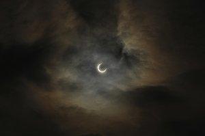 Schattenspiel: Zeigt sich die Sonne durch die Wolken?