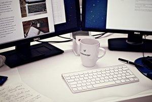 Arbeit am Computer: Gestaltung und Inhalte werden angepasst