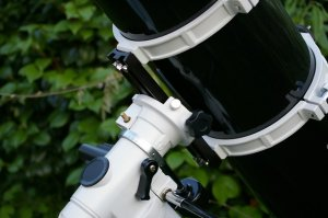 Der Teleskoptubus wird mit der Montierung verbunden