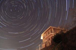 Erde in Bewegung: Strichspuraufnahme des Himmels